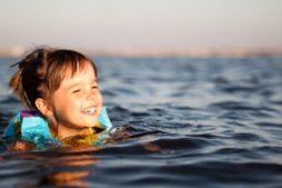 bolezni_lechit_plavanie_morskoj_vode
